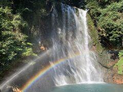 丸尾の滝、水を噴射し、そこに虹
