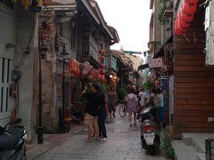 歩いて神農街へ。夕暮れ時。以前よりも観光客目当ての店が増えた様子。