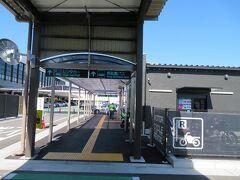 10月12日。午前10時前。大阪(伊丹)空港。 東舞鶴駅までの高速バスはコロナ減便ダイヤの影響もあって平日には一日たったの2便。 次のバスまでは1時間ほど待ち時間があったのでゆっくりとターミナル北西側端っこにある長距離バス乗り場へ。