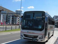 舞鶴営業所行きのバスが入って来ました。 なんば(OCAT)始発のこのバスは途中で3分ほど遅れて10時55分頃の到着でした。 ICカードなどは使えないので、運転手さんに予約番号を告げて現金で運賃を支払って乗車します。 大阪空港からの乗車はわたしだけでした。 大阪空港ー東舞鶴 間運賃は2200円でした。