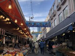 高いところから仙台市を眺めた後に向かったのは、「仙台朝市」。野菜・果物・お惣菜に新鮮な魚介類等、目に入ってくるもの全て興味津々。そしてお値段もお手軽!駅近なので、ココオススメです。^^