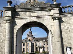 ベルギーではオランダ語、フランス語、ドイツ語が話されるが、南部のフランス語圏がワロン地域。さらにその東南部がアルデンヌ地方で、豊かな森と清流に彩られた丘陵にいくつかの古城が点在する。 そのひとつがモダーヴ城。