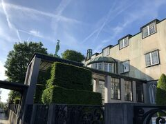 ブリュッセル西部の高級住宅地に立つアールデコの記念碑的建築。