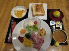 宿泊したホテル・レクストン鹿児島で朝食。朝食は和食、洋食、鶏飯(けいはん)の中から選べる(通常はバイキング形式のようだが、新型コロナウイルス感染防止対策のためバイキングは一時中止)。ここには2泊し、1泊目の朝食は鶏飯にしたが、この日は洋食をチョイス。当初、和食にしようと思ったが、ここの食パンが「銀座に志かわ」の高級食パンを使用しているとのことで、「銀座に志かわ」のことは知らないながらも、高級食パンなるものを食べたくなった。ジャム等何も付けずに食べてもみたが、確かに普段食べている食パンより味が濃かった印象。カリ・モチ感もある。