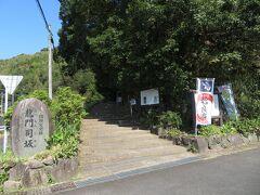 加治木駅から約2.5kmの場所にある龍門司坂(たつもんじざか)。龍門司坂は寛永12年(1635年)に開かれ、大名行列や物資の輸送などに使われ、元文6年(1741年)に石畳が敷かれた。全長は1500mあまりといわれているが、現在は約500mが当時の姿で残っているそうだ。