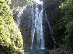 遊歩道に戻り龍門滝へ。日本の滝100選に選ばれており、高さ46m、長さ43mあるそうだが、手前の崖に阻まれ、滝の左半分がよく見えず。 このすぐ近くには名物のそうめん流しを食べられる店や龍門滝温泉もある(私は行かず)。