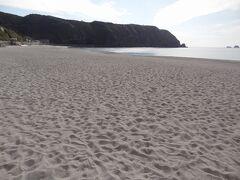 「前浜海岸」 神津島港の南側に約800mの美しい白砂が続く海岸です。 島中心部の村落から近いこともあり夏は大勢の海水浴客で賑わうそうです。