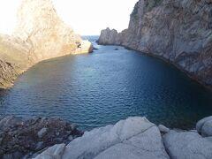 7:19 「千両池」に着きましたぁー。 池と名がついていますが、実際は小さな入江です。