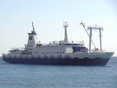 これから乗る、東海汽船:さるびあ丸です。 2代目さるびあ丸の後継船として、令和2年6月25日に就航したばかりのピカピカの新造船です。  = 3代目さるびあ丸 = 船種‥貨客船 船籍‥日本/東京 航海区域‥近海 所有者‥東海汽船・鉄道建設 運輸施設整備支援機構 運用者‥東海汽船・小笠原海運(おがさわら丸入渠時) 総トン数‥6,099t 全長‥118m 全幅‥17m 建造所‥三菱重工業下関造船所 就航‥令和2年6月25日