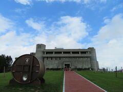 50年以上もの間ワインの製造工場としてそびえたつ池田ワイン城(池田町ブドウ・ブドウ酒研究所)に着きました。 すこし青空が見えて来た。 高台にあって見晴らしが良い。