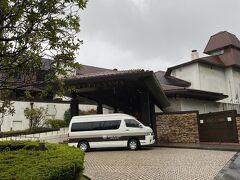 甘酒茶屋でお茶をしたらかなりいい時間になってしまい、雨も弱まらないのでトレッキングは断念して甘酒茶屋からはバスで元箱根港まで行き、ホテルのシャトルバスで本日のお宿へ。
