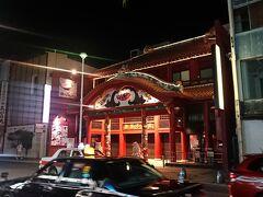 国際通りを歩いていて一際目を引いたのは『御菓子御殿 国際通り松尾店』の建物! 紅いもタルトで有名なお店ですね。 松尾店は国際通りに3店舗ある内の1つです。