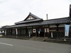 最上川を渡り左へ曲がると寺が立ち並ぶ東寺町である。ここに寺が立ち並ぶ理由は、かつて直江兼続が城下町の防衛機能を兼ねて町の外側に寺を集中的に配備したのだという。これを寺町と呼び、ここ東寺町の他に北寺町もある。  この東寺町の通りを進んでいくと「酒造資料館 東光の酒蔵」がある。「東光」は1597年創業の老舗、小嶋総本店の醸造する日本酒である。その酒蔵の一部を資料館として公開しているのだ。入館料は350円。