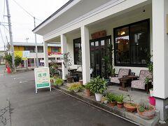 ハスの群生地のすぐ近く、お堀に面して建つ1軒のカフェがあった。かなり歩いたのでこのあたりで休憩をしていくことにした。店の名は、「Cafe蓮櫻」という。