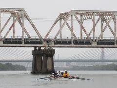 S4完成の「赤川鉄橋」貨物線の橋 (戦前から残されているトラス型鉄橋で列車と人が渡る珍しい橋。近い内に複線化  される予定とか。) ボートのクルーが見えます。