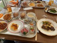 お昼は、フォレストヴィラにあるトロティネ。 メイン選択制で、他はブッフェ形式。 2000円程なのでお得な設定。
