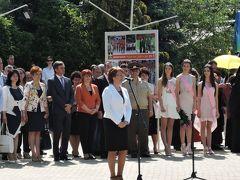 バラ祭りオープニングセレモニー カザンラク市長の挨拶。右のピンクのレイをした女性はバラの女王(中央)と準バラの女王(両側)です。 今年はバラ祭りも中止になってしまい、この写真は2017年のものです。