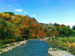 温泉街を流れる銅山川です。紅葉まっただ中です。