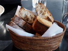 30分ほど待ってやっと15時前に入れた、美味しいパンで有名な沢村さんのレストラン。  このパンがめちゃくちゃうんめーー。 思いっきりビールのアテに、メインが来る前にパン完食。