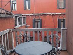 おはようございます、ベネチア最終日。 このお宿とお別れなのが寂しい…実はリビングにはテラスも付いてました。ドアは開かないので(季節柄かな?)出られません。