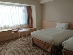 京王プラザホテルのお部屋。 一番安いカテゴリーで予約していましたが、広めのお部屋にアップグレードしてくれました。 荷物は搬入済み。