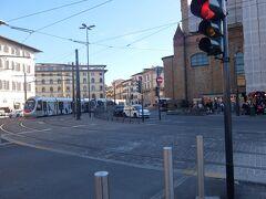 フィレンツェ到着、街だー! 荷物は駅の預けどころに預けて、身軽になって出発! 車も多いし本当に街でカルチャーショックを起こしそう。 到着したのは二時半頃でした。この後ローマの宿に確か八時までに辿り着かなければなので、割と時間はありません。