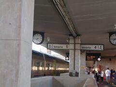 おはようございます。ホテルにて朝食後駅に向かう。 切符は事前にネット予約済みなので直接ホームへ。 4番線より発車でしたが、SMN駅から鈍行列車に乗る予定がありこの駅を初めて使う場合には事前に構内図をざっくり見ておいた方が焦りません。  1~4番線はさっと目につくところにありませんので、何も知らない状態で行くと悩みます。4番線は5番線ホームを奥に歩いて行くと突如現れます。  SMN7:53発→Pisa S. Rossore 9:11着