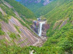 次は千尋の滝 年間を通して屋久島に降る多量の雨は、いく筋もの川となって岩や山を削り、海へと注ぎます。千尋滝はモッチョム岳の裾の巨大な花崗岩の岩盤を鯛之川が刻んで、壮大なV字谷の景観をつくりだしたもので、滝の落差は約60メートルです。  滝の左側にある岩盤は、まるで千人が手を結んだくらいの大きさということで「千尋の滝」と名づけられました。 千年杉と同じ一尋が基準ですネ。