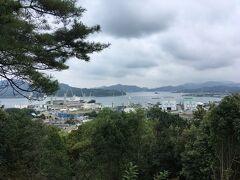 三重塔の周辺の高台は潮音山公園という公園にもなっています。港越しに見えるのは高根島