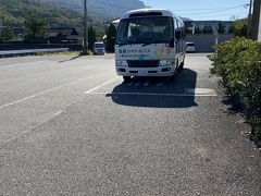 豊島には〝豊島シャトルバス〟なるものが走っている。マイクロバスの運行で島民優先だそうだ。モットモダガ