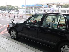 タクシーの運転手さんが飛行機の時間に合わせ出口で名前ボードを持ってお出迎えしてくれます。 妙見温泉は霧島温泉のかかりにあるので空港から20分ぐらいととても近い。 伊豆や箱根に行くより遠方感はあるものの時間的には変わらない。お気軽です。 タクシー代は2800円ぐらいだったけど旅館の負担が少しあるようで一律1600円チャージです。