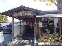 バスで来た道を戻り、明治亭さんへ向かいます 11時の開店でしたが、平日なのに待ちの行列が