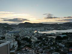 朝目覚めると、窓の外は日の出前の長崎の街並み。  天気は上々のようだ。