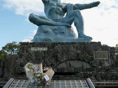 平和祈念像は、長崎県出身の彫刻家・北村西望が5年かけて1955年(昭和30年)に完成した作品。  この日は沖縄県の中学校からの献花と、福岡県の小学校からの折り鶴を集めて描いた平和を願う作品が置かれていた。