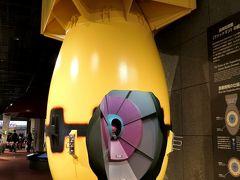 長崎に投下された原爆は、ファットマン(太った男を意味する)と呼ばれる。 プルトニウムを用いたもので、長さ3.25m、直径1.52m、重さ4.5tであった。 一方広島に投下された原爆は、リトルボーイと呼ばれる高濃縮ウランを用いたもので、長さ3.12m、直径0.75m、重さ5tであった。  アメリカの公式な説明では、日本本土への上陸直接戦闘(本土決戦)を避け、早期決着させるために原爆を使用したとされている。 (しかし終結を早めた理由は、原爆投下によることより、日ソ中立条約を破棄してソ連が対日参戦してきたことの方が大きかったようだが) では、広島と長崎に使用した原爆のタイプが異なるのは何を意味するのか? 過疎部や軍事施設ではなく、一般市民が住む都市部を目標として、事前通告もなく決行したのはなぜか? 異なるタイプの原爆の威力を図る実験、真珠湾攻撃に対する懲罰、戦後の覇権を争うソ連をけん制するための軍事力の誇示・・・ 様々な側面を有していたとも推測されている。