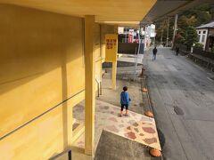 滝の湯はダメだったので、鳴子の2つある共同湯のもう一つの方へ。 「早稲田桟敷湯」へ。 なぜ、早稲田!?早稲田大学の学生が掘り当てた湯なんだとか。 そして、ここ、公共浴場には見えない。美術館かと思わせる、オシャレな建築だった。