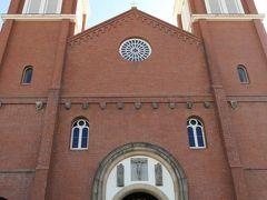 現在の浦上天主堂(カトリック浦上教会)は、1959年(昭和34年)に鉄筋コンクリート造りで再建されたもので、建物・信徒数とも日本最大規模のカトリック教会である。  天主堂前には、「日本の信徒発見150周年記念『旅』殉教への門出」と題したレリーフと1981年(昭和56年)にここを訪れたローマ教皇ヨハネ・パウロ2世の像がある。  入場無料(献金箱に寄付)、内覧時間9:00~17:00。 内部は写真撮影不可。