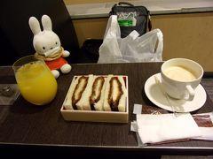ラウンジ入る前に空港内にある「ANA FESTA」で千葉県北総エリアで育てた豚のお肉を使ったカツサンド(650円)をいただきます(-人-)。  「検温」が気になって早く搭乗口の方に行きたい気持ちが強かったんです。  昔、慢性疲労症候群にかかっていた頃、微熱状態が続いて、毎日のように体温計を計っていたのを思い出すと、「検温」という言葉を聞いただけでゾッとしてしまう自分がいました。  チェックインカウンターも保安検査も通れたし、検温モニターも見かけましたが問題なかったとひと安心。 カツサンドを食べて出発の時を待ちます。
