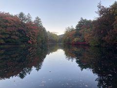色つき始め、湖面に映るグラデーション。