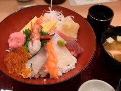 モール内で遅めの昼食、海鮮丼に決定。店名「ふく停とと魯」不思議な名前でしたが 丼はグッド。