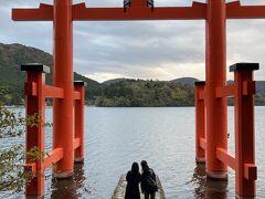箱根神社の水中鳥居は、朱色が芦ノ湖に映えます。