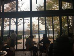 ラ・テラッツァ芦ノ湖でランチ。ピザとワインをいただきました。美味しかった! 金曜の遅めの時間だったのに結構混んでました。ギャラリーとショップ併設なので、待ち時間も退屈しません。