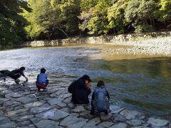 五十鈴川で清めます。