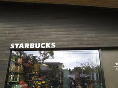 スターバックス御成店はおしゃれな店舗です。平屋ですが、軒先が長く天井も高く周囲の環境にマッチしています。