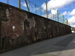 三池工業高校に残る三池集治監(刑務所)跡のレンガ壁  炭鉱の労働不足を補う目的で明治16年にこの場所に集治監が置かれ、一時は1000人を超える囚人が炭坑労働に使役されたそうです。囚人労働は昭和6年に廃止されました。