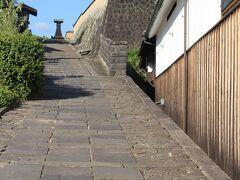 """北台に登るのは""""酢屋の坂""""。時代劇のロケなどもあるという、昔の風情の石畳。"""