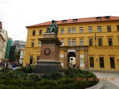 アドリア宮殿を見学後、ユングマンノヴァ通りを挟んで向かい側の広場にあったのが、ヨセフ・ユングマンさんの座像です。