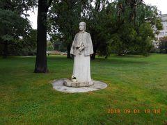 カレル広場のエリシュカ クラースノホルスカー像です。細長いカレル広場の中ほどにあります。