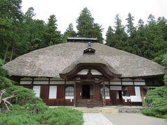 11:55 天台宗別格本山の「常楽寺」。 茅葺の屋根がどっしりと風格あります。