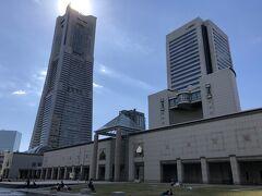 横浜・みなとみらい『横浜美術館』の写真。  先日までカバーが掛けられていましたが改装?が終了したようです。  2020年11月14日(土)からの横浜美術館コレクション展 「ヨコハマ・ポリフォニー:1910年代から60年代の横浜と美術」。  2021年3月より大規模改修工事のため休館に入り、 2023年度中のリニューアルオープンを目指すそうです。  左手に『横浜ランドマークタワー』が見えます。